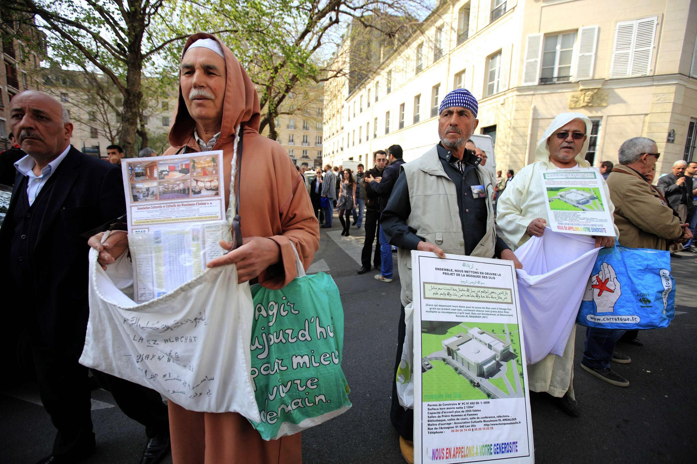 Le 30 mars 2012, des musulmans effectuaient une collecte de fonds destinés à la construction d'une mosquée à Paris.