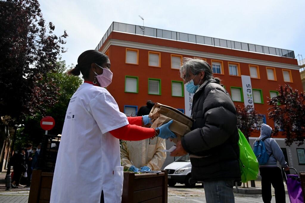 Epidémie de Covid- en Espagne: distribution de nourriture pour les personnes en difficulté économique en raison du confinement drastique dans le quartier pauvre de Puente de Vallecas à Madrid, le 20 avril 2020.