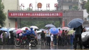 湖南永州2010年6月1日发生枪击法官事件后,法院面前聚集的人群。