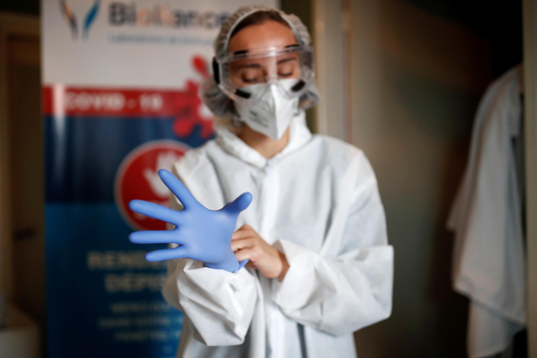 Новый рекорд числа положительных тестов на коронавирус зарегистрирован во Франции за прошедшие сутки.