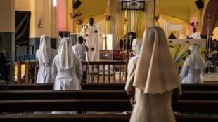 Des fidèles se sont rassemblés pour la traditionnelle messe de Pâques dans la cathédrale de l'Immaculée-Conception à Ouagadougou, le 12 avril 2020.