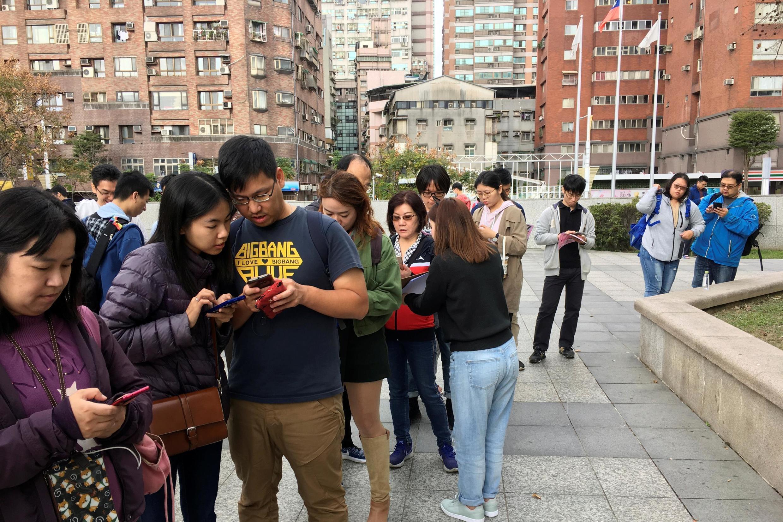 """2019年12月14日,台湾民间团体""""假新闻清洁剂"""" 在台北街头向民众讲解如何辨别假新闻。"""