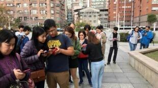 """2019年12月14日,台灣民間團體""""假新聞清潔劑"""" 在台北街頭向民眾講解如何辨別假新聞。"""