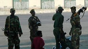 Wasu jami'an Sojin Somalia tare da wasu da ake zargi da aikata laifi a birnin Mogadishu na Somalia.