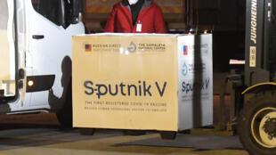 Vac-xin Sputnik V của Nga được giao cho Slovakia, tại sân bay Kosice, ngày 01/03/2021. Slovakia là nước thứ hai trong EU mua vac-xin của Nga.
