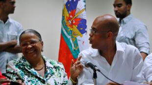 Mirlande Manigat (G) et Michel Martelly (D), candidats à la présidentielle haïtienne lors d'une conférence de presse à Port-au-Prince, le 28 novembre 2010.