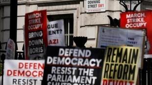 Des anti Brexit manifestent à Whitehall à Londres contre la décision de Boris Johnson de suspendre le Parlement.