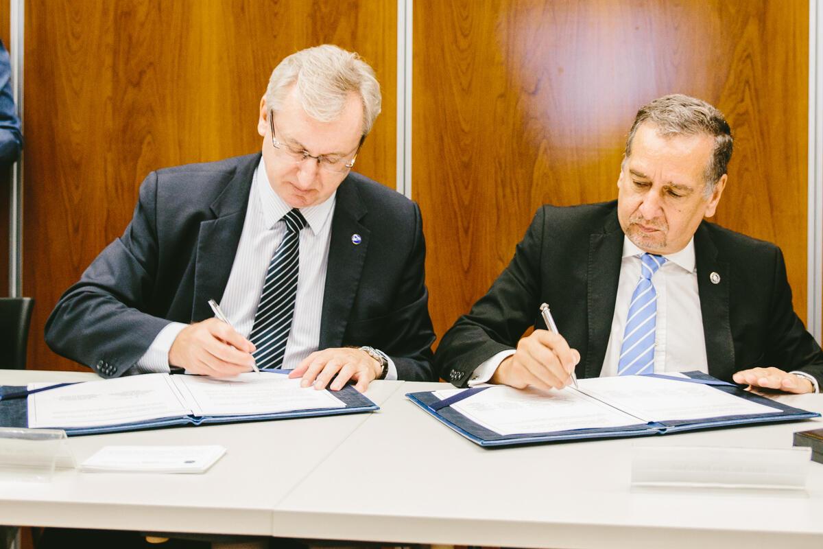 Ministros Celso Pansera e o argentino Lino Barañao assinam acordos em Buenos Aires.