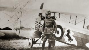 Francesco Baracca, một phi công thiện chiến nhất của Ý trong Đệ Nhất Thế Chiến, bị chết trận lúc 30 tuổi.