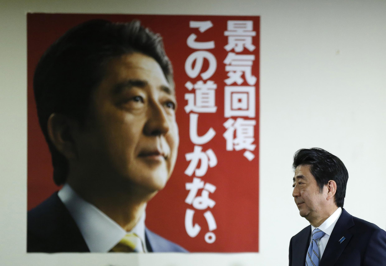 Primeiro-ministro do Japão, Shinzo Abe, venceu eleições legislativas de domingo (14).