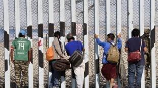 Migrantes esperam poder entrar nos EUA