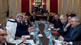 Le secrétaire d'Etat américain John Kerry a minimisé la possibilité d'une action militaire en Syrie, à Londres, le 16 octobre 2016..