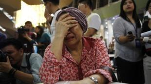 Cette femme en pleurs apprend que ses proches étaient à bord du vol MH17 de la Malaysia Airlines.