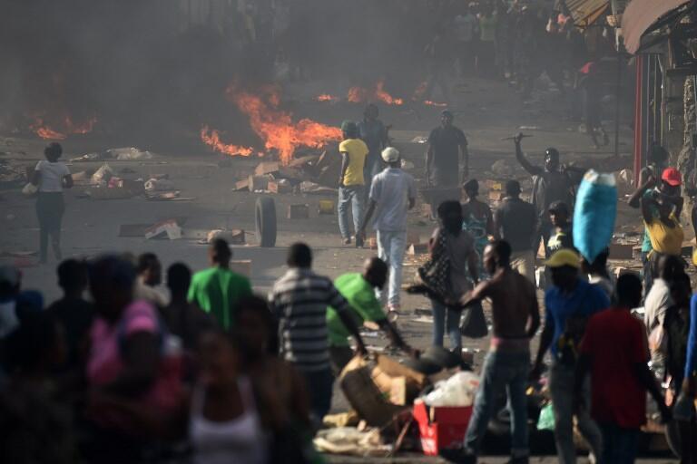 Des barricades ont été érigées dans Port-au-Prince, en Haïti, à l'annonce d'une hausse drastique du prix de l'essence, le 7 juillet 2018.