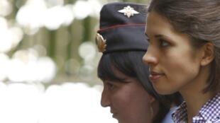 Надежда Толоконникова у здания суда 6 августа 2012 г.