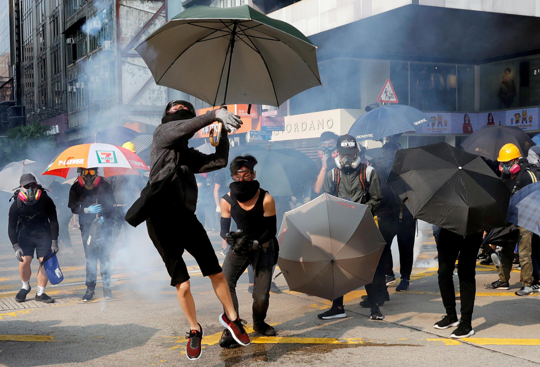 Một thanh niên chụp lựu đạn cay quăng trở lại, trong cuộc biểu tình ở Hồng Kông ngày 20/10/2019.