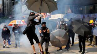 Un jeune homme balance des grenades artisanales sur les forces de l'ordre, lors d'une manifestation à Hong Kong, le 20 octobre 2019.