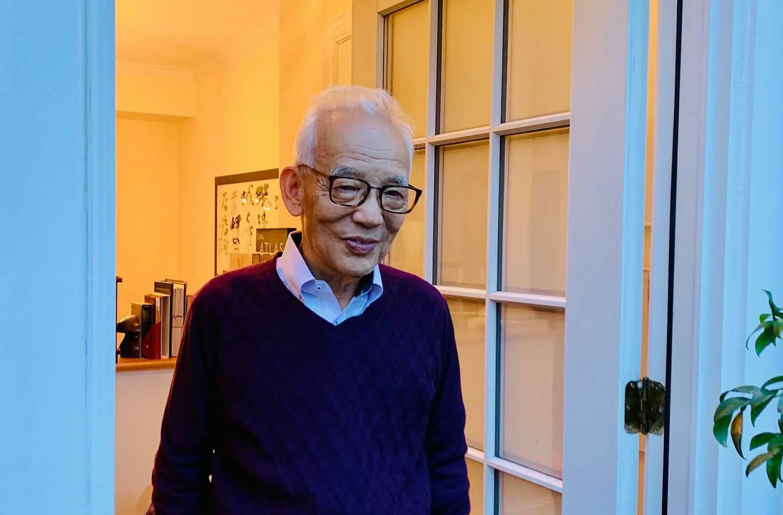 El profesor Syukuro Manabe abre la puerta de su casa a la prensa tras conocerse la concesión del Premio Nobel de Física, el 5 de octubre de 2021 en Princeton (Nueva Jersey), al este de EEUU