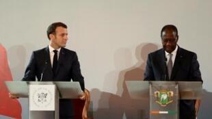 Le président français Emmanuel Macron et le président ivoirien Alassane Ouattara donnent à une conférence de presse conjointe au Petit Palais à Abidjan, en Côte d'Ivoire, le 21 décembre 2019.