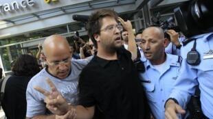 Policiais israelenses prendem ativista no movimento organizado em julho de 2011