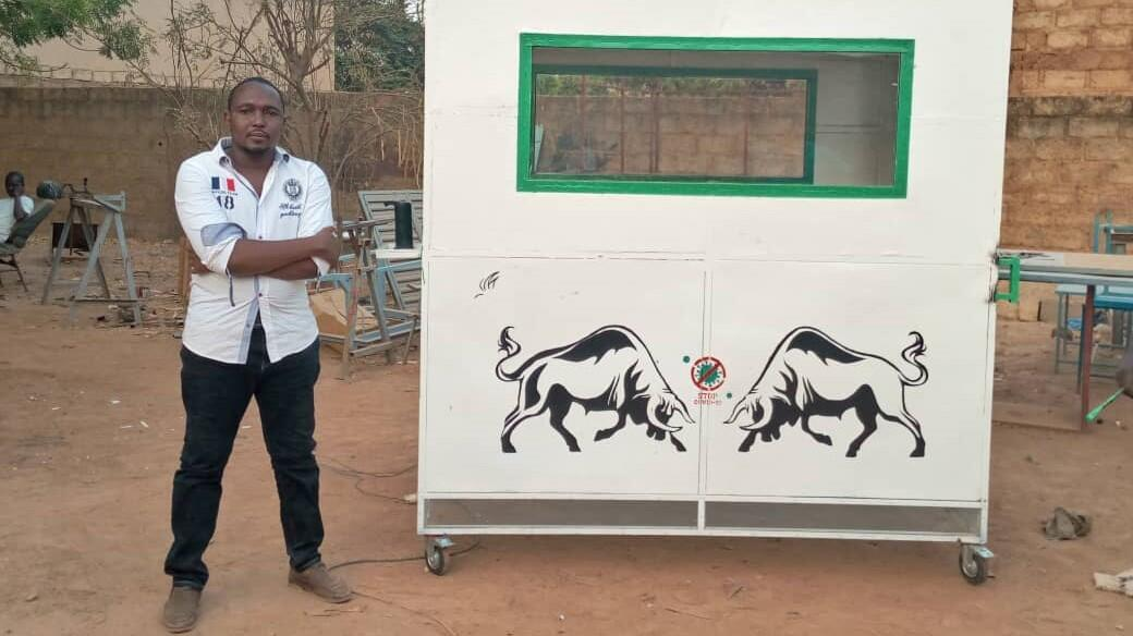 Mahomaide Billa, jeune entrepreneur (Prototype - Appareil de désinfection du corps).