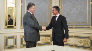 Tổng thư ký NATO Anders Fogh Rasmussen (phải) và Tổng thống Ukraina Petro Porochenko (trái) tại Kiev ngày 07/08/2014.