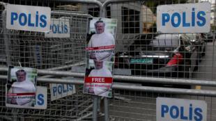 Ảnh nhà báo Jamal Khashoggi được đính vào hàng rào bảo vệ an ninh, trong cuộc biểu tình phản đối trước cửa lãnh sự quán Ả Rập Xê Út tại Istanbul.