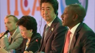 Thủ tướng Nhật Bản Shinzo Abe và ông William Ruto, chủ tịch Quốc Hội Kenya, ngày 26/08/2016 ở Nairobi.