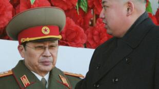 Le leader nord-coréen Kim Jong-un (D), devant son oncle Jang Song-thaek, lors d'une parade militaire à Pyongyang.