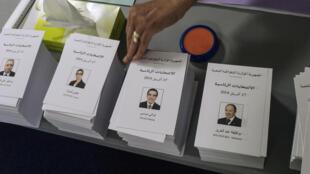 Des bulletins de vote pour la présidentielle algérienne, à l'ambassade d'Algérie, à Paris, le 12 avril 2014.