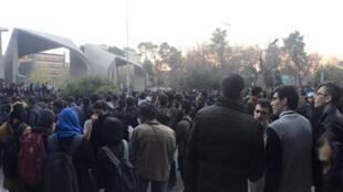 Personas protestan frente a la universidad de Teherán el sábado 30 de diciembre 2017. Fotografía obtenida de redes sociales