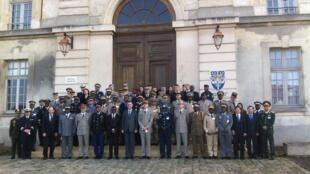 Les casques bleus en formation, devant les locaux de l'Emsome (Ecole de Spécialisation de l'Outre Mer et de l'Etranger), près de Paris.
