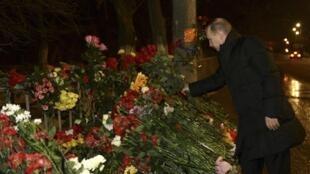 Владимир Путин возлагает цветы на месте взрыва троллейбуса в Волгограде 01/01/2014