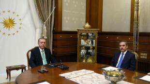 Tổng thống Thổ Nhĩ Kỳ Recep Tayyip Erdogan (trái) và giám đốc tình báo Hakan Fidan tại Dinh tổng thống ở Ankara, 22/07/2016.
