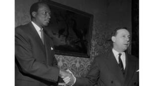 Modibo Keita (à g.), président du Mali et le Premier ministre français Michel Debré (centre) se serrent la main après signature de l'accord entre la France et le Mali, le 4 avril 1960, lors de la cérémonie officielle à l'Hôtel Matignon, à Paris.