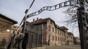 La entrada del ex campo nazi de concentración y extermino de Auschwitz en el sur de Polonia, este 26 de enero de 2020.