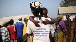 Une femme et son enfant dans le camp des réfugiés burundais de Lusenda, au Sud-Kivu.