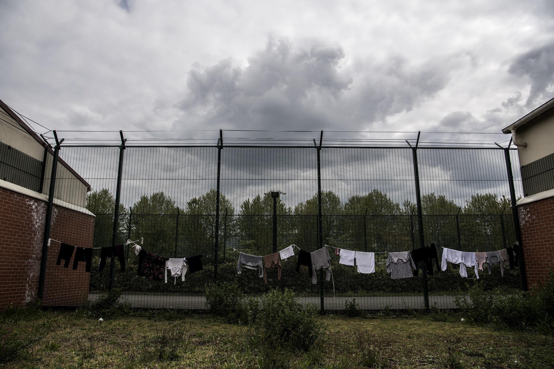 Du linge étendu dans la cour d'un centre de rétention administrative au Mesnil-Amelot, au nord de Paris, le 6 mai 2019 (photo d'illustration).