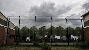 Du linge étendu dans la cour d'un centre de rétention administrative au Mesnil-Amelot, au nord de Paris, le 6 mai 2019 (photo d'illustration).