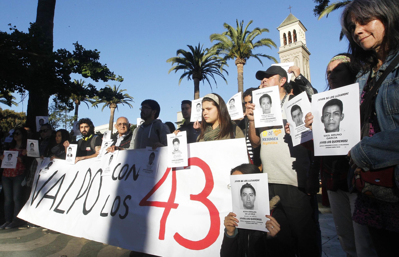 Sinh viên biểu tình đòi chính quyền phải làm sáng tỏ vụ mất tích 43 sinh viên Mêhicô - REUTERS /Rodrigo Garrido