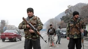 Des policiers afghans surveillent un poste de contrôle à Kaboul, le 28 février 2020.