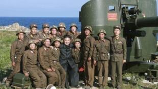 Kim Jong Un chụp ảnh với quân đội Bắc Triều Tiên. Ảnh được KCNA  cung cấp ngày 07/07/2014