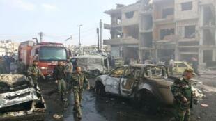 Askari wa Syria wakikagua eneo kulikotokea milipuko miwili ilioukumba mji wa Homs Jumapili Februari 21.