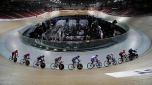 法國巴黎近郊位於Saint-Quentin-en-Yvelines的國家賽車場臨時改成接種中心,賽場中心是接種者,環周是繼續訓練的國家自行車隊的騎手。