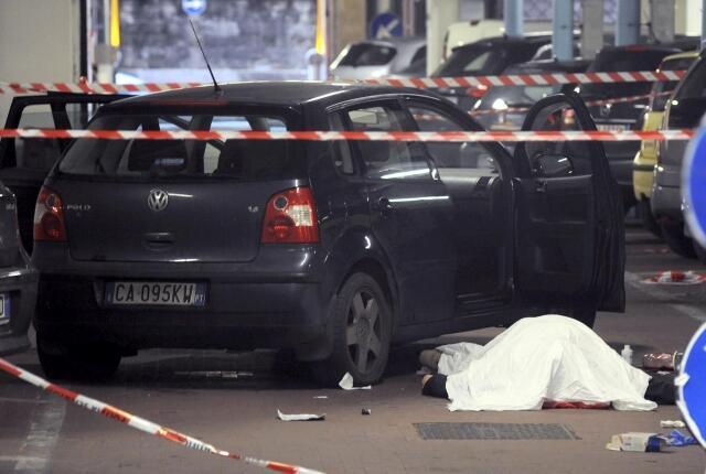 Le corps de Gianluca Casseri, qui vient de tuer deux Sénégalais et d'en blesser trois autres gît sur le sol de Florence. Il vient de se donner la mort, le 13 décembre 2011.