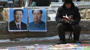 Ảnh chân dung Tập Cận Bình và Mao Trạch Đông được bày bán tại sạp sách trên hè phố tỉnh Sơn Đông ngày 30/01/2015