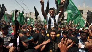 Mahmoud Sarsak porté en triomphe lors de son arrivée à Rafah, dans la bande de Gaza, après sa libération le 10 juillet 2012.