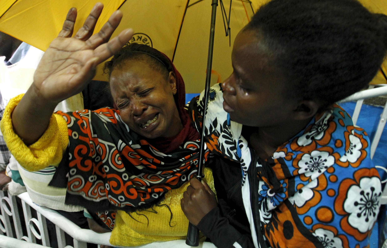 Una mujer reacciona al enterarse que su hijo  fue rescatado del ataque a la  Universidad de Garissa en la capital Kenia.