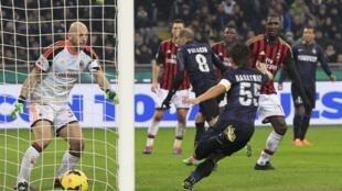 Dan wasan Inter Rodrigo Palacio a lokacin da ya jefa kwallo a ragar AC Milan a Seria A