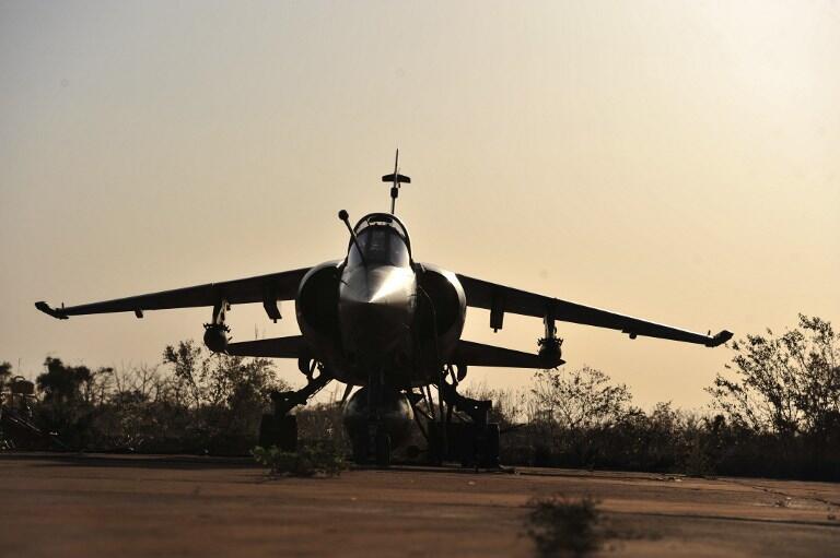 Un Mirage F1 CR de l'armée française de retour de mission se pose à Bamako, le 14 janvier 2013.